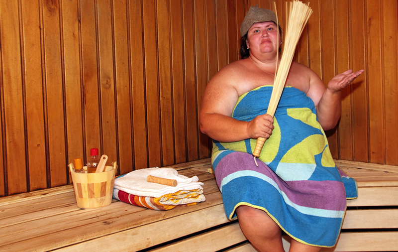 Забавная большая женщина в бане