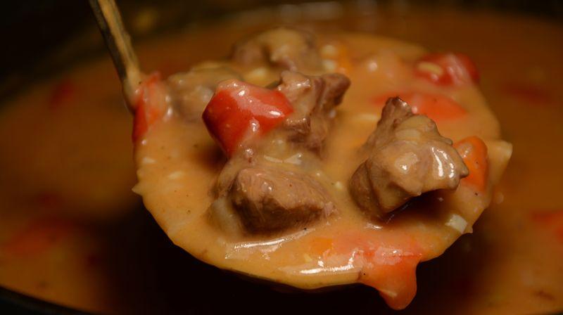 Как приготовить гуляш из говядины, известно не всем хозяйкам. Ведь существуют некоторые тонкости, например качественная говядина, которые нужно соблюдать во время приготовления.