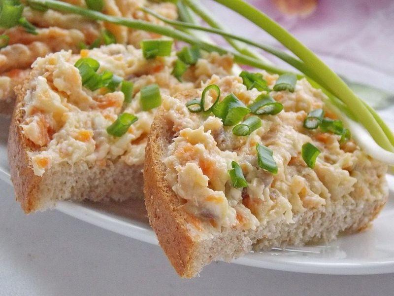 Паштет из селедки - невероятно простая и вкусная закуска. Селедочный паштет можно кушать прямо ложкой, или наносить на домашний хлеб. Обязательно попробуйте вкуснуюзакуску– пальчики оближете!
