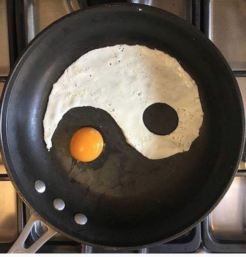 Яйца на сковороде как искусство: вкусные идеи для яичного завтрака