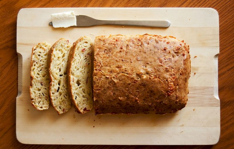 Румяный и мягкий сырный хлеб: домашний рецепт без замеса