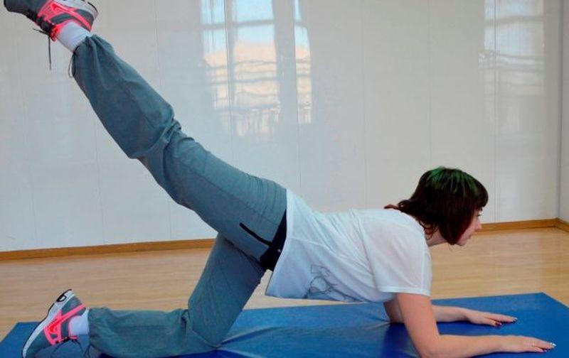 Упражнение для похудения бедер и ягодиц с помощью махов ног