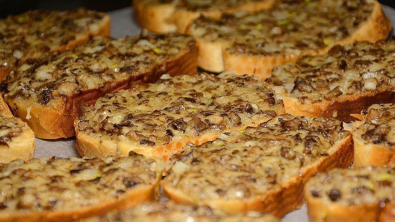 Горячие бутерброды в духовке – великолепное блюдо. Если вы никогда их не пробовали, то это блюдо с шампиньонами точно покорит ваш желудок. А легкий хруст, издаваемый во время трапезы, заворожит слух.