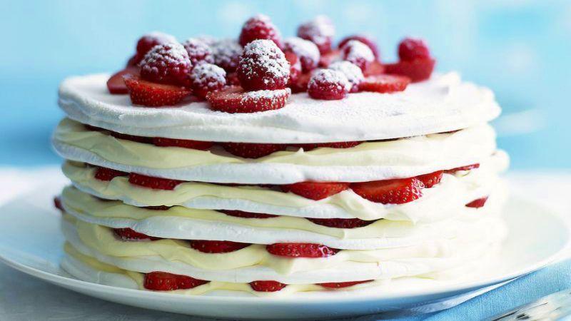 Домашний торт с клубникой и меренгой: самое вкусное решение в разгар клубничного сезона