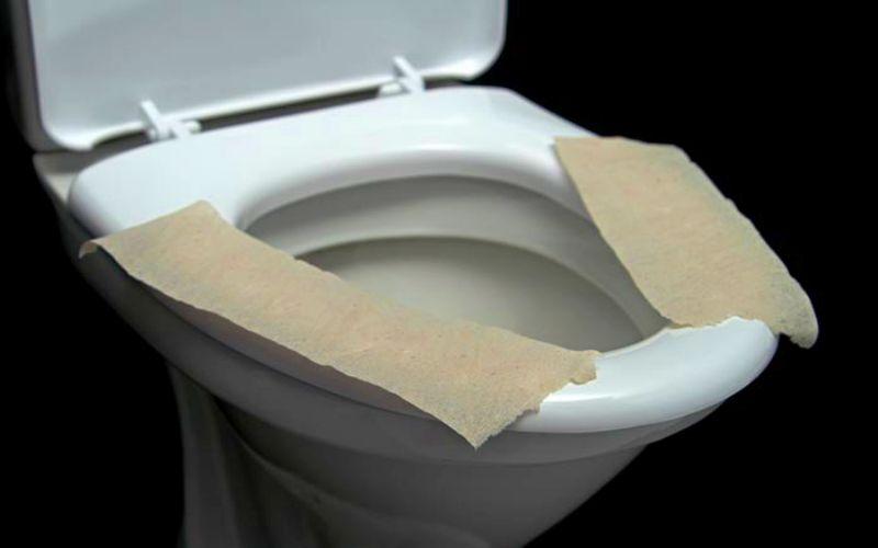 Почему никогда не стоит застилать сиденье унитаза туалетной бумагой